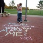Cásate conmigo escrito en el suelo