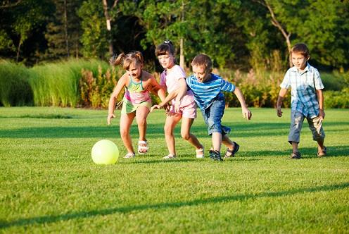 niños-jugando-futbol